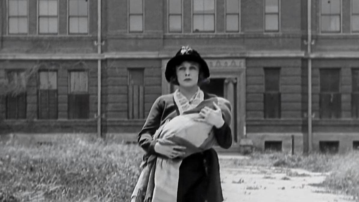 Мать с ребёнком Цитата из х∕ф «Малыш». Реж. Чарли Чаплин. 1922. США