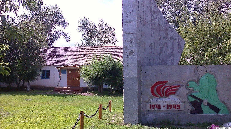 Лопарёвская школа на фоне памятника погибшим в Великой Отечественной войне © ИА Красная Весна