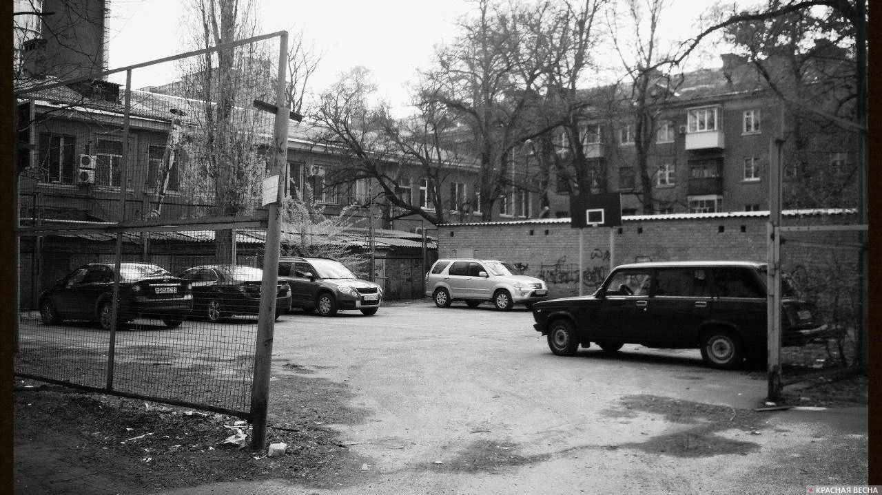 Парковка на спортивной площадке Александр Дицков © ИА Красная Весна