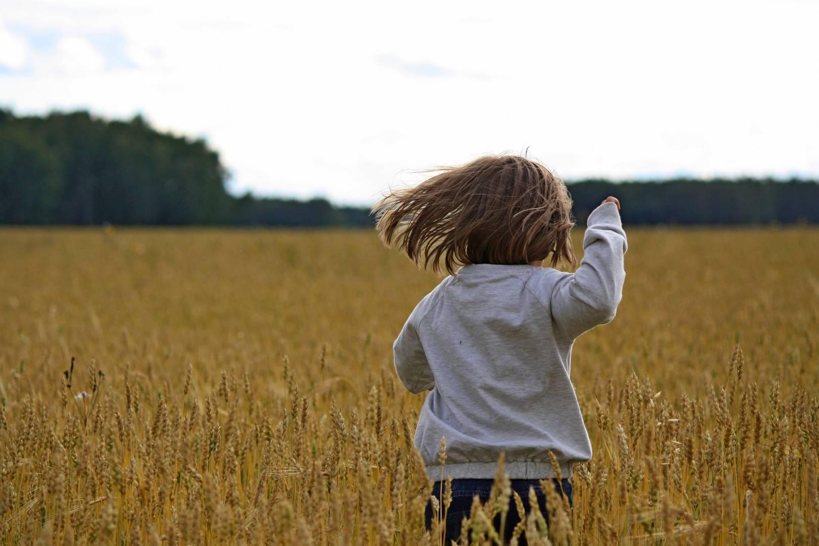 Девочка, бегушая в поле Анна Рыжкова © ИА Красная Весна