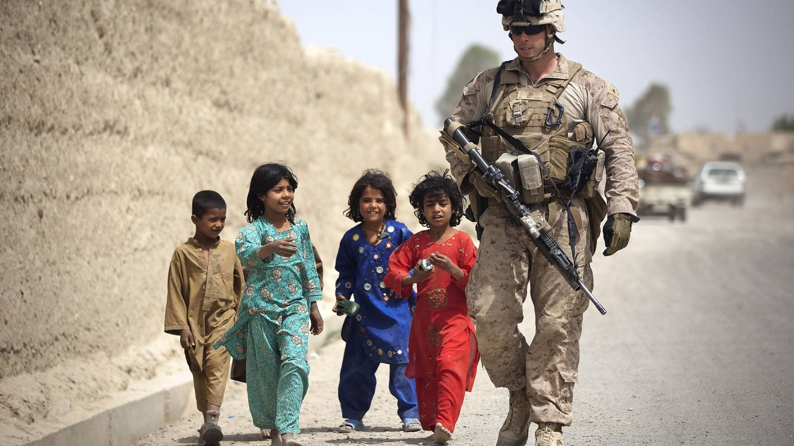 Группа афганских детей с американским морским пехотинцем  Public Domain Pictures