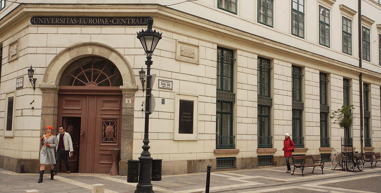 Будапешт, вход в Центрально-Европейский университет. [(cc) Gphgrd01]