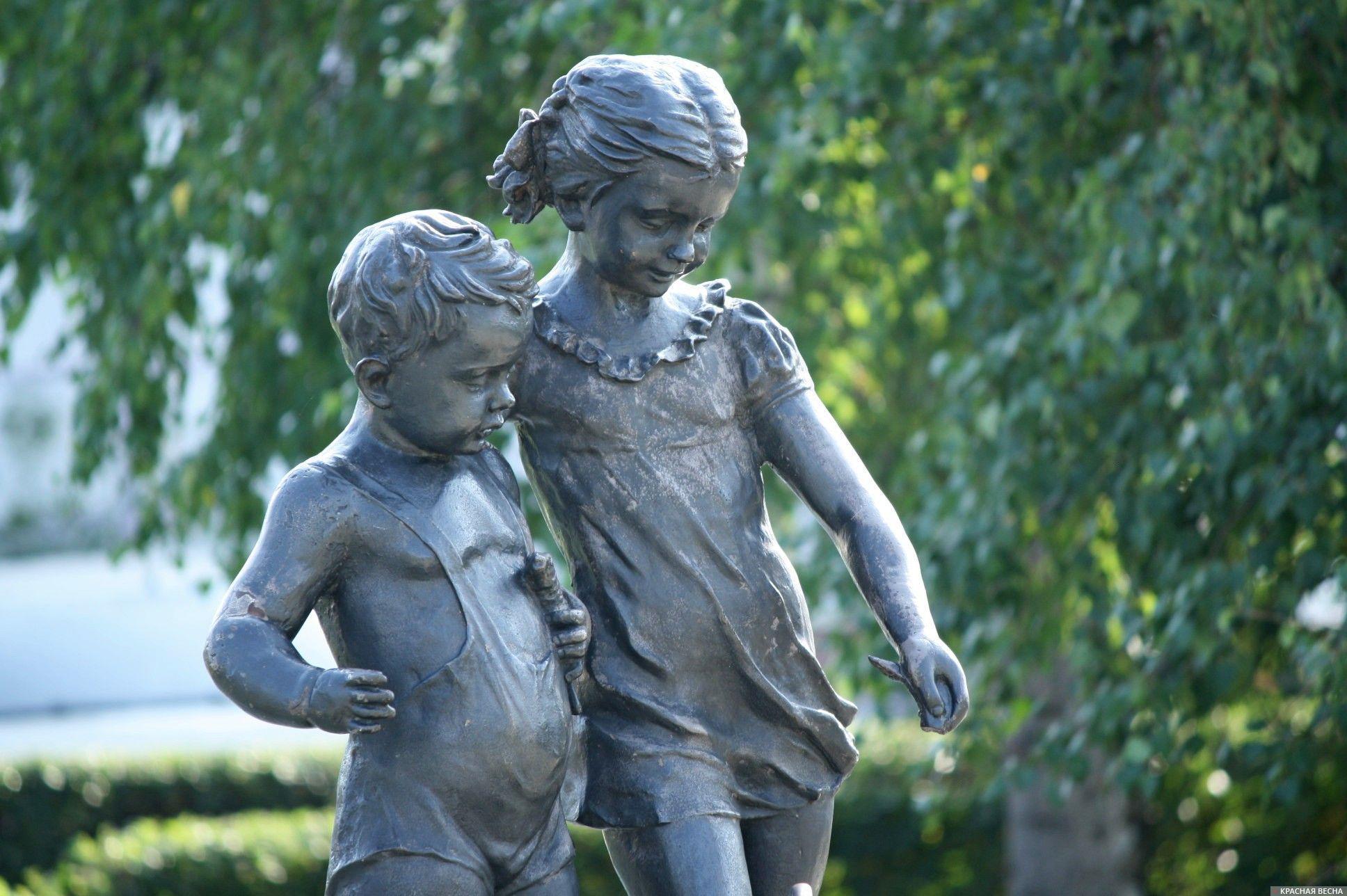 Памятник. Дети, кормящие пингвинов. Омск. Анна Рыжкова © ИА Красная Весна