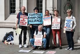 Протестующие против Named person перед зданием Верховного суда в Лондоне. 2016
