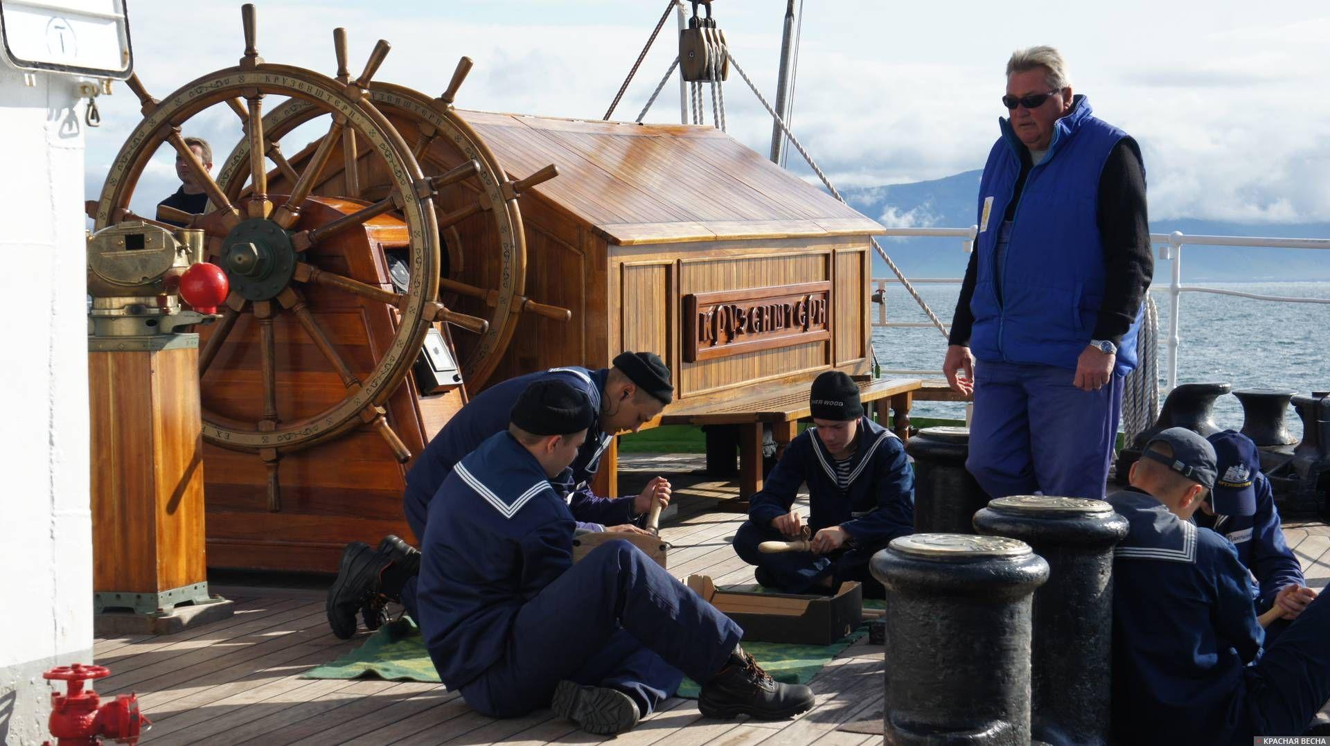 Боцман руководит хозяйственными работами на палубе Иван Соболев © ИА Красная Весна