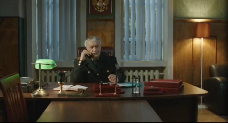 Кадр из сериала: полковник договаривается с мэром о ребёнке «по блату»