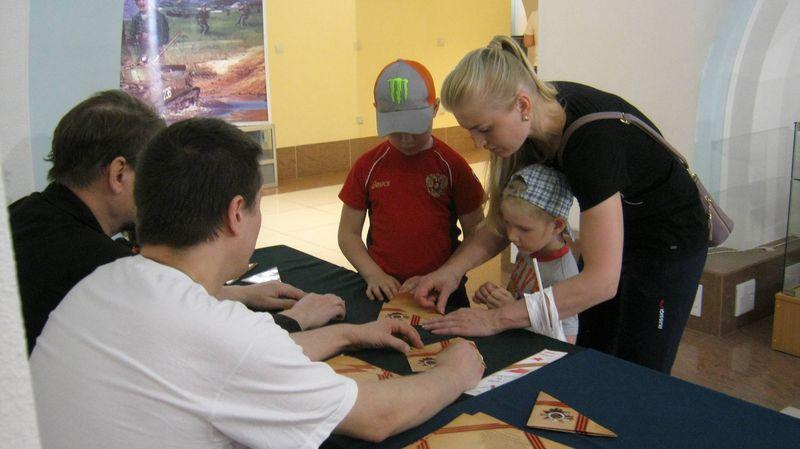 Детям показывают, как складывать треугольнички «Писем с фронта»
