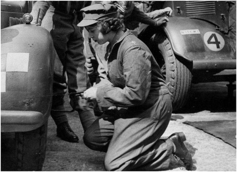 Принцесса Елизавета меняет колесо у автомобиля «Остин Тилли»